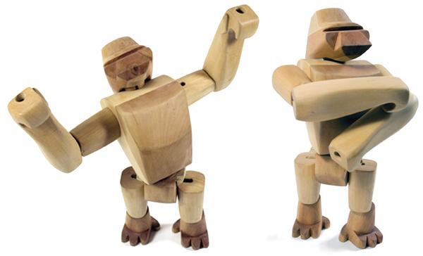 ゴリラの木のおもちゃが2種類のポーズをしている画像