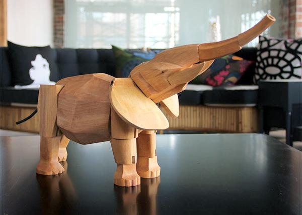 テーブルの上にゾウの木のおもちゃを置いた画像