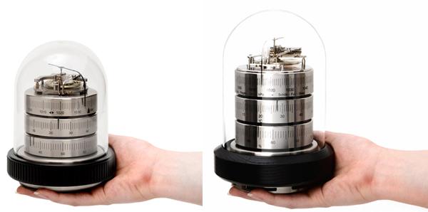2サイズの温湿気圧計を手の平の上に置いた画像