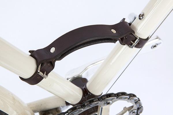 自転車のフレームにハンドルを取り付けた画像