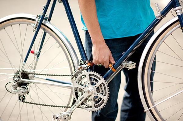 取り付けたハンドルを掴んで自転車を持ち上げている画像