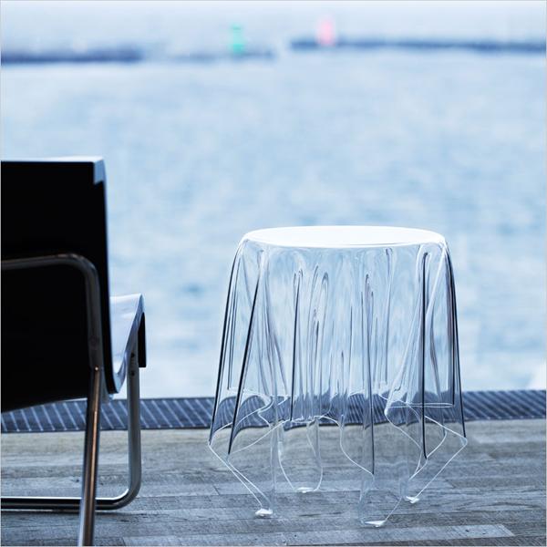 サイドテーブルをテラスに置いた雰囲気の画像