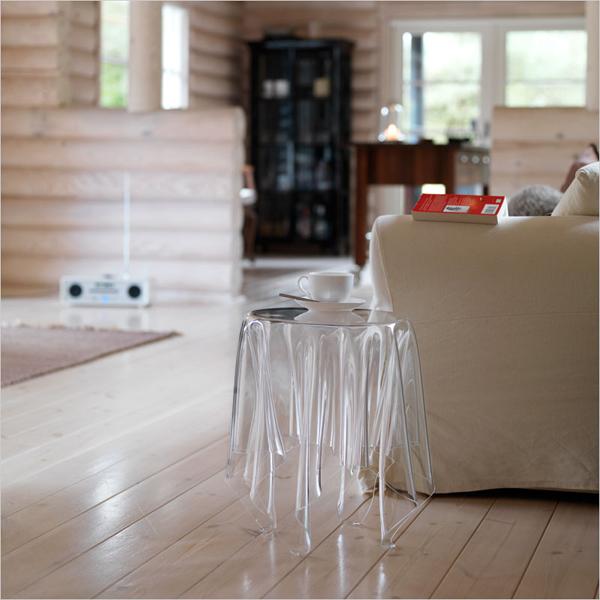 サイドテーブルをソファーの横に置いた雰囲気画像