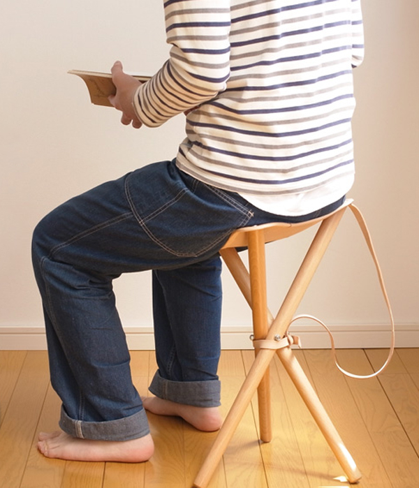 椅子に人が座っている画像