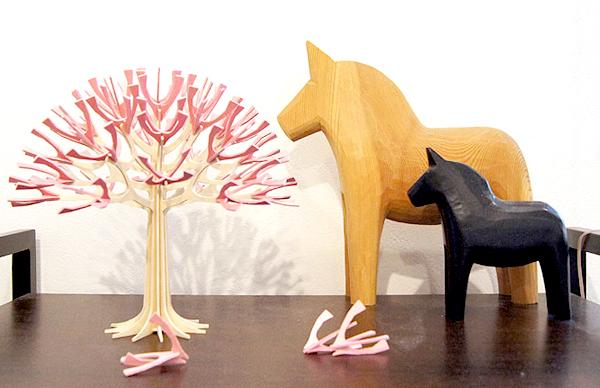 机の上にシーズンツリーを飾っている画像
