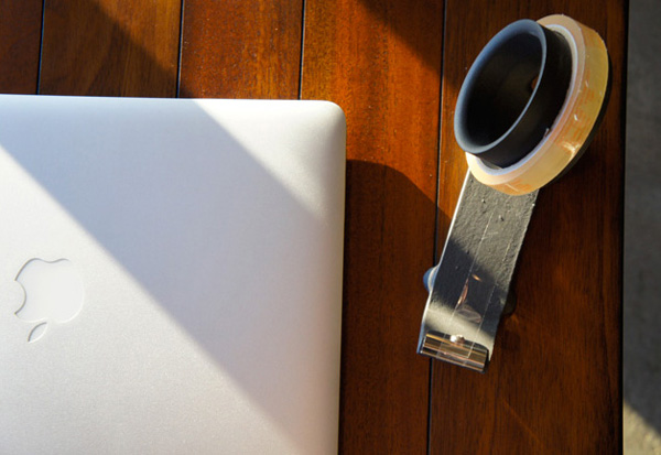 テープカッターを机の上に置いたときの雰囲気画像
