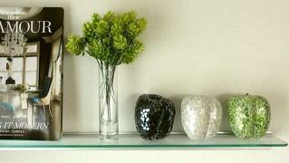 壁に取り付けられるガラスの飾り棚