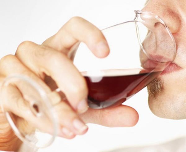 グラスでワインを飲んでいる画像