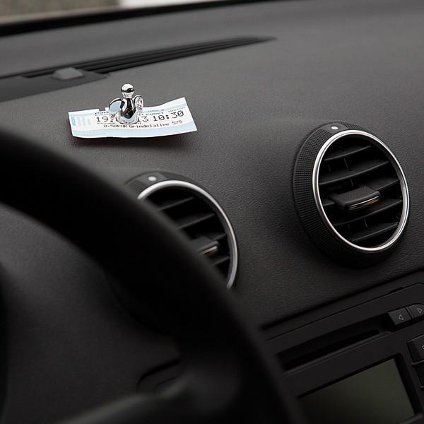 車のダッシュボードの上でメモホルダーを使っている画像