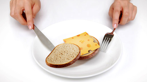 チーズ付箋をパンの上にのせている画像