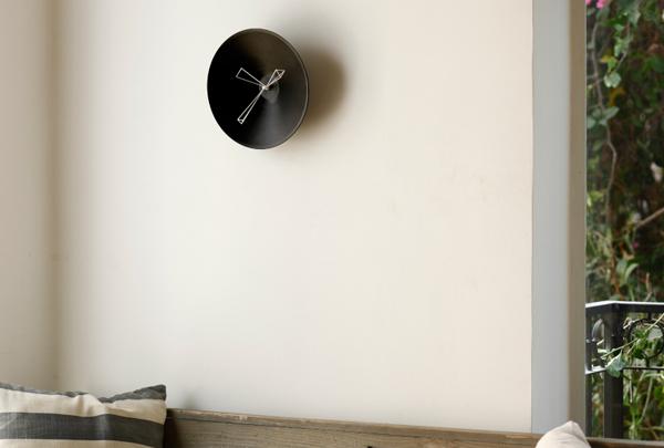 時計を壁にかけた雰囲気画像
