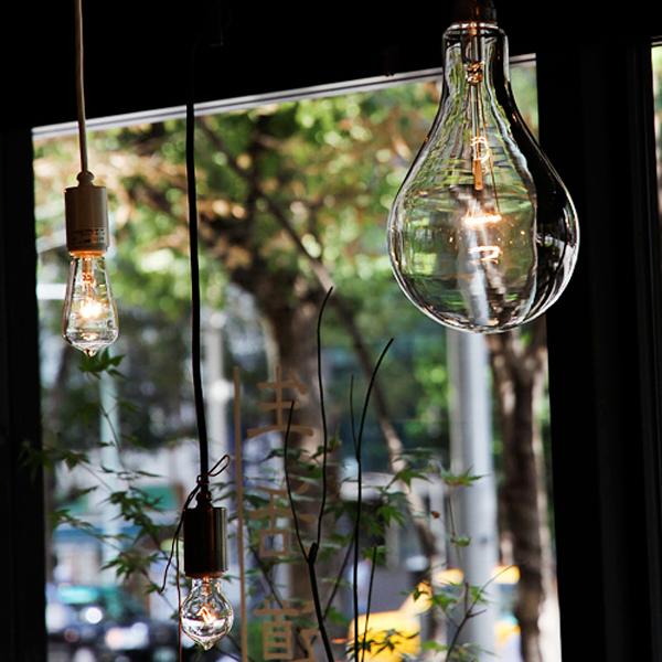 電球に明かりを灯している画像