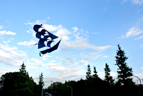 セイリングシップカイトを飛ばしている画像