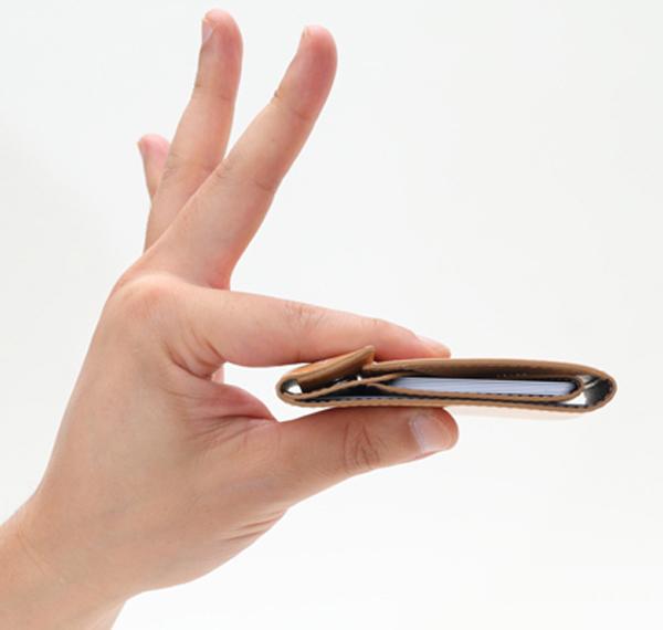 財布を指で摘んで真横から見た画像