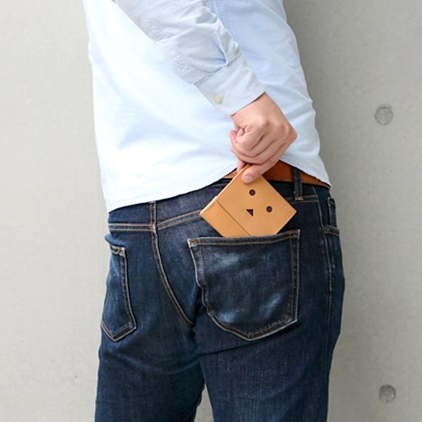 財布をパンツの後ろポケットに入れている画像