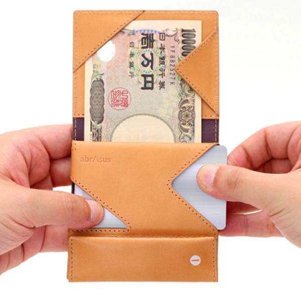 財布のカート入れ部分にカードをしまっている画像