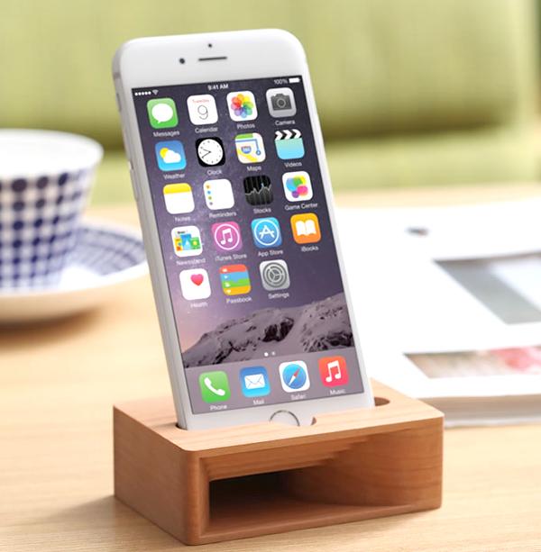 iPhoneをスピーカーに挿した画像