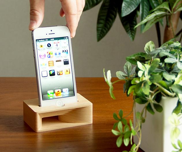 スピーカーを机の上で使っている画像