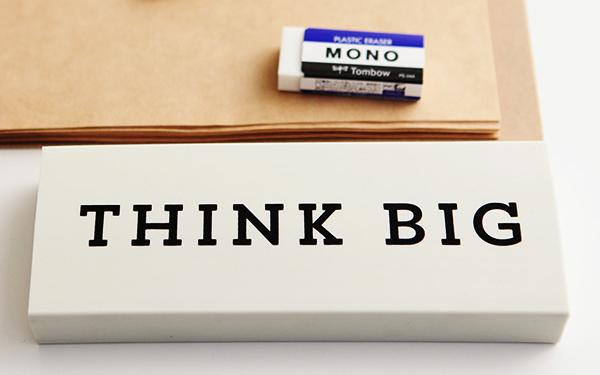 普通の消しゴムと「DONKEY PRODUCTS Big eraser」を並べた画像