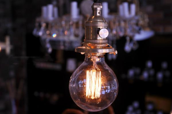 ブラスペンダントランプに明かりを灯している画像