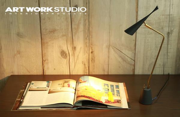 デスクライトを机の上に置いた雰囲気画像