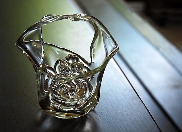ガラス花器を机の上に飾った画像
