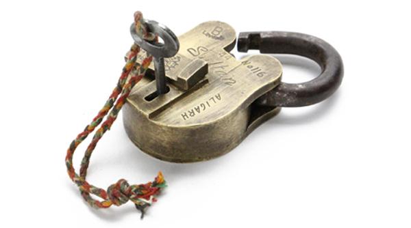南京錠を斜め下から見た画像