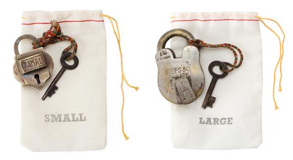 2つの南京錠を並べた画像