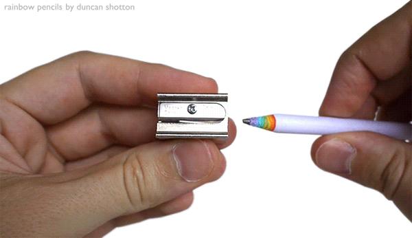 レンボーペンシルを削っているアニメーション画像