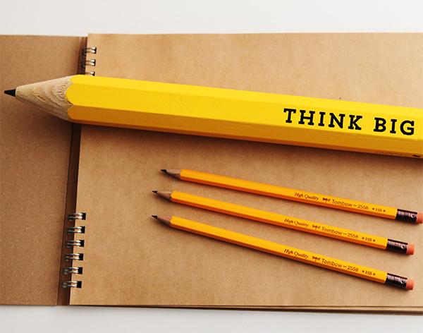 普通の鉛筆と「thinkbig」を並べた画像