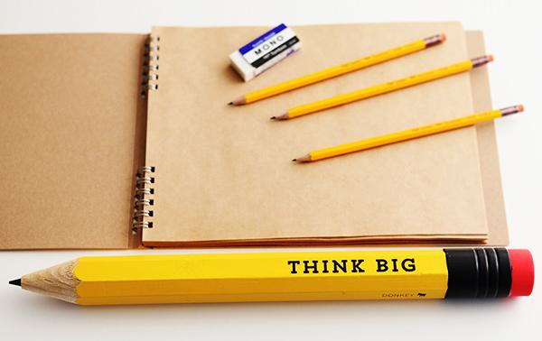 大きな鉛筆「thinkbig」