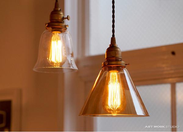 照明に明かりを灯している画像