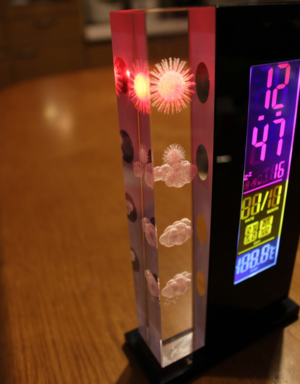 天気予測つきデジタル置き時計「クリスタル ウェザーステーション」