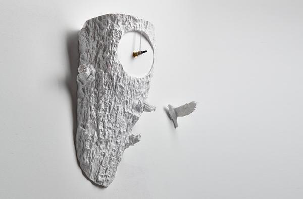 時計を斜め下から見た画像