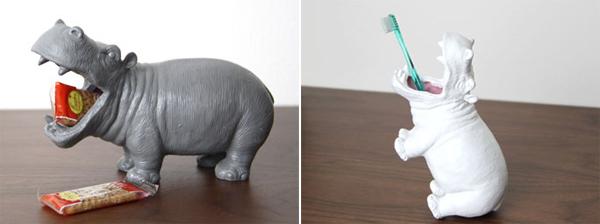 カバの口にお菓子と歯ブラシを入れた画像