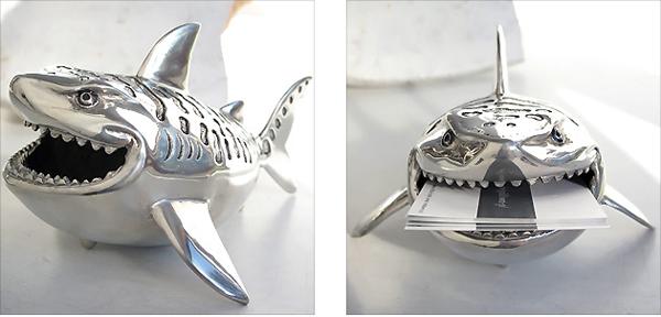 サメの口に名刺をくわえさせた画像