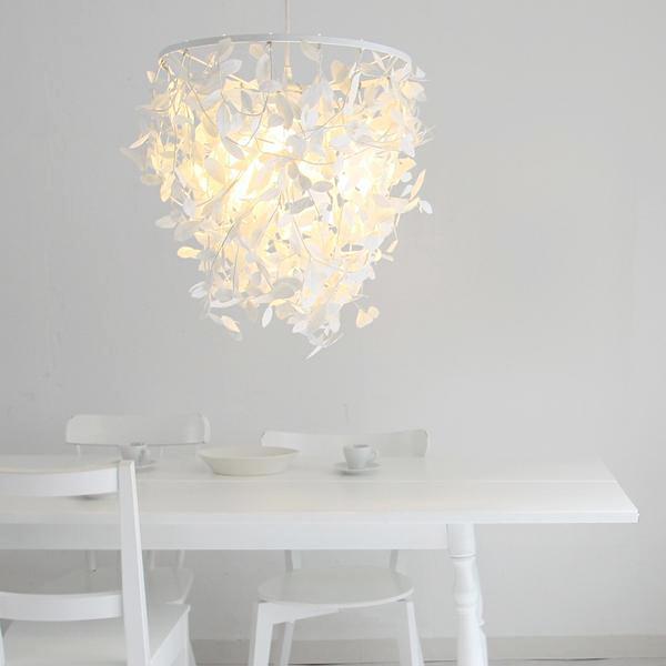 照明を部屋で使っている雰囲気画像