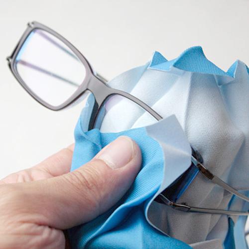 メガネを拭いている画像