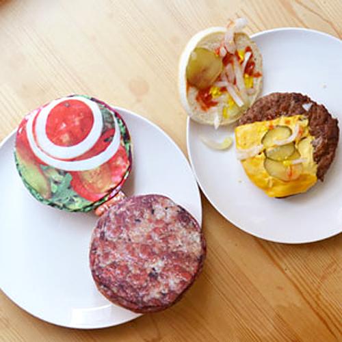 本物のハンバーガーとポーチを並べた画像