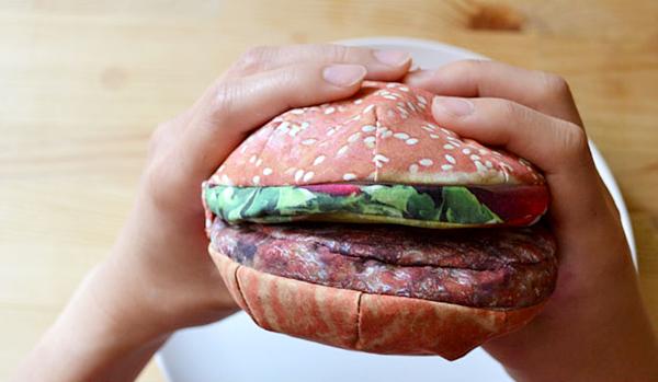 ハンバーガー型ポーチを両手で掴んでいる画像