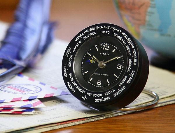 時計を机の上に置いた画像