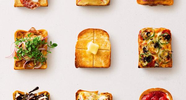焼きあがったトーストとピザトーストを並べた画像
