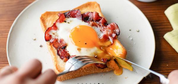 ベーコンエッグトーストの画像