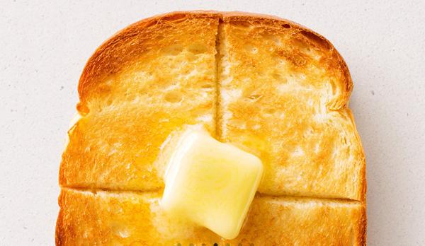 プレーントーストの上でバターが溶け出している画像