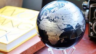 自転するおしゃれな地球儀「mova globe」の画像