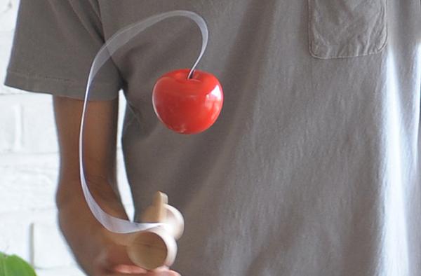 りんごのけん玉で遊んでいる画像