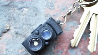 2眼レフカメラ型キーホルダー「led keyring vintage camera」の画像