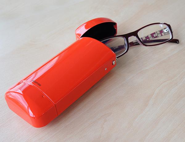 赤いメガネケースを使っている画像