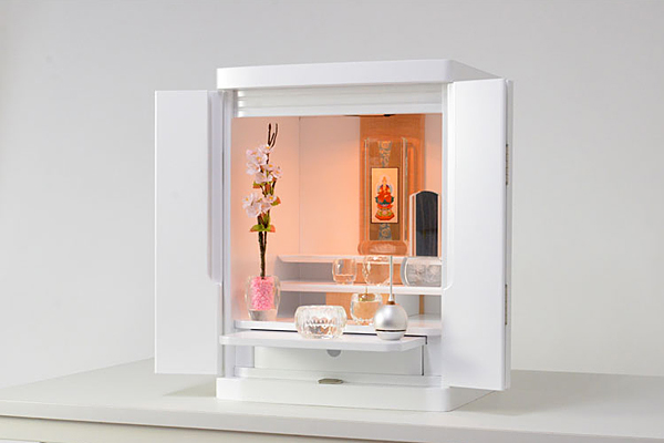 白い仏壇のダウンライトを灯した雰囲気画像