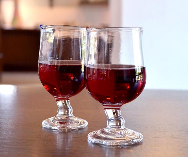 ワインを入れたポチ付きグラスをペアで使っている画像